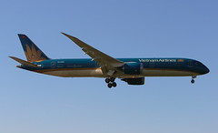 Vietnam Airlines Boeing 787-9 Dreamliner (AMSfreak17) Tags: amsfreak17 danny de soet canon 70d lhr egll london heathrow airport luchthaven vliegtuigen vliegtuig aircraft airplane jet jetphotos planespotting luchtvaart vertrek aankomst departure arrival spotter planes world of airplanes united kingdom great britain europe landing approach runway 27r 09l vietnam airlines boeing 7879 dreamliner 787 vna863