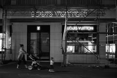 Loui Vuitton (Nekr0n) Tags: leica leicam6 m6 35mm 135 m film rangefinder messsucher manualfocus analoge primelens nostalgia vintage ishootfilm filmisnotdead carlzeissplanart50mmf2zm carl zeiss planar t 50 50mm f2 2 zm ilford delta 400 negative grain blackwhite blackandwhite bw monochrome schwarzweiss чб nikon coolscan ed 5 v street urban city streetphotography streetphoto strase strasse stadt стрит stuttgart deutschland germany baden германия штутгарт штуттгарт loui vuitton night nacht dunkel dunkelheit leute people ночь луивиттон