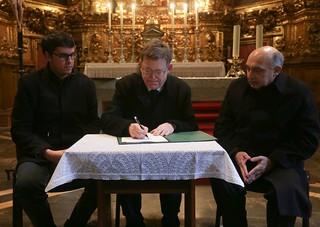 El president de la Generalitat, Ximo Puig, firma la declaración de intenciones para la rehabilitación de la Puerta de los Apóstoles de la Iglesia de Santa María la Mayor de Morella (11/02/2018)