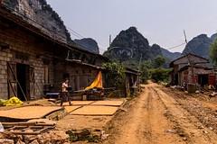 Chudou vesničkou k jeskyni Nguom Ngao (zcesty) Tags: vietnam20 vesnice sušení skála kukuřice dům domorodci cesta vietnam dosvěta caobằng vn