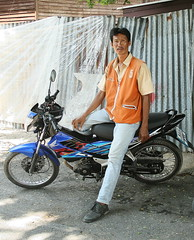tall motorcycle taxi driver (the foreign photographer - ฝรั่งถ่) Tags: tall motorcycle taxi driver khlong thanon portraits bangkhen bangkok thailand canon