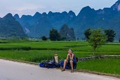 Kde si dnes usteleme? (zcesty) Tags: vietnam20 skála silnice pole hory vietnam dosvěta caobằng vn