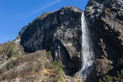 En majesté (In majesty) (Larch) Tags: cascade larpenaz landscape sky montain scenery tree eau water puissance rocher rock power hiver winter janvier january 2018 waterfall voile veil