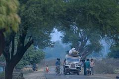 Maikal hills - Chhattisgarh - India (wietsej) Tags: maikal hills chhattisgarh india sony a100 zeiss sal135f18z 13518 sonnar13518za rural village family morning car people