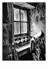 Fenêtre sur cour. (francis_bellin) Tags: 2018 urbex ancien noiretblanc monochrome hotel olympus fenêtre fevrier blackandwhite bois