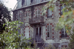 film by La fille renne - Abandoned house, Brittany  //Canon AE-1 Program //50mm f/1.8 //DNP Centuria 100 expired