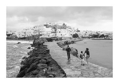Naxos´s family (oiZox) Tags: naxos greece walking harbour streetphotagraphy street family blackwhite blanconegro black blackandwhite white mono monochrome monocromatico people porto port human happiness