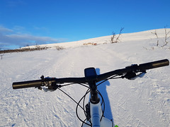 "Very close to ""Skihytta"" (GeirB,) Tags: varanger vadsø vadsoe vadso vintersykling vidde varangervidda vinter varde skihytta fatbike finnmark fun østfinnmark barentsregionen arctic arktisk arktis gekkobikes surly 26x48 shimano klikkpedaler 45nrth 70north craft swix sweethelmet anatomy trening training biketrip bikelife diadora garmin outdoor uteliv liveterbestute friskifinnmark sun february skygge shadow white"