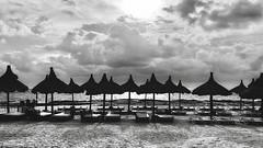 Ombres chinoises (Hélène Baudart) Tags: contrates cancun plage nb parasol