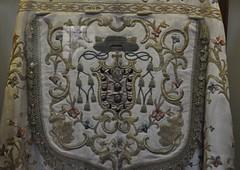 Astorga (León-España). Museo de la catedral. Escudo de obispo bordado en un capillo (santi abella) Tags: astorga león castillayleón españa heráldica escudos