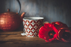 Tea time (Ro Cafe) Tags: red rojo stilllife tulips bodegón flores flowers tulipanes cup mug tea kettle table rustic wood nikkor2470f28 nikond600