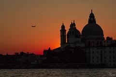 Santa Maria della Salute (Urugallu) Tags: ocaso venecia santa maria della salute catedral avion color luz cielo italia giudecca urugallu joserodriguez flickr canon 70d