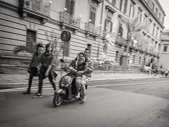 Palermo (Carlos Pulido R) Tags: adolescentes blancoynegro crucero desenfoquemovimiento efectos gente humor italia libropost lugares motos palermo sugerencia vehículos