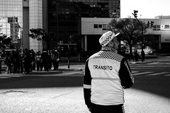 trânsito (renanluna) Tags: homem man trânsito traffic monocromia monochromatic pretoebranco blackandwhite pb bw buenosaires argentina ag fuji fujifilm fujifilmxt1 xt1 35mm fujinon35mmf14xfr fujinon renanluna