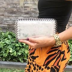 Chic ❤️ Chic ❤️ Chic ❤️ Billetera Plateada •SABRINA• Edición Limitada Llévatela AHORA con envío GRATIS e inmediato a todo Perú en la tienda online de PLUM: http://ift.tt/2APIzJ4 ó en el link de la tienda online en nuestro peril @plumshop (plumshoponline) Tags: handbags bags handbag bag outfit plumshoponline wallets leather backpacks fashion trendy purses purse clutch 2018