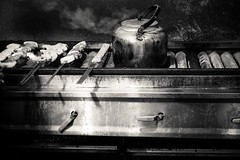 Steam On (Tom Levold (www.levold.de/photosphere)) Tags: fuji fujixpro2 isfahan esfahan xf35mm sw bw kettle kessel grill fleisch meat