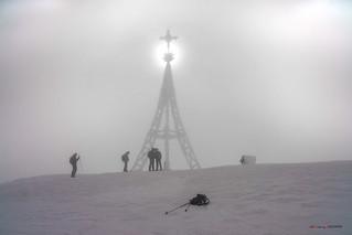 Nieve y viento gélido en la cruz de Gorbea