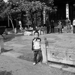 Chinese kid #16 (Streets.and.Portraits) Tags: yangzhou boy china yangzhoushi jiangsusheng cn chinese kid child children monochrome blackwhite olympus sp590uz street photography travel