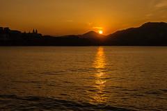 Despedida (cruzjimnezgmez) Tags: españa guipúzcoa sansebastián nubes cielo ciudad reflejo sol mar bahia paisaje atardecer