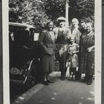 Archiv FaMUC246 Münchner Familie, Begrüßung am Auto, 1940er thumbnail
