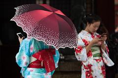 Senso-ji temple,Tokyo (Japan) (www.monoeil.net) Tags: sensoji tokyo japan japanese kimono smartphone umbrella streetphotography streetpicture street photoderue pierreyvessulem