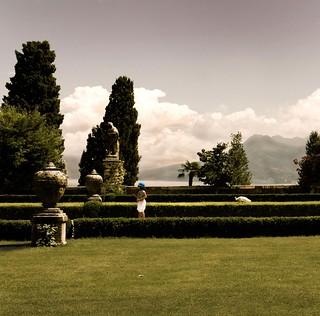 Les jardins Borromeo , fillette au chapeau bleu