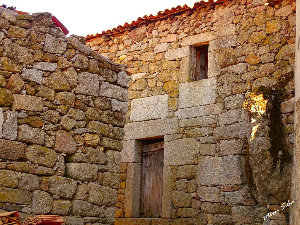 """Águas Frias (Chaves) - ... antigo casario e a """"pedra fálica"""" (Rua da Paz) ..."""