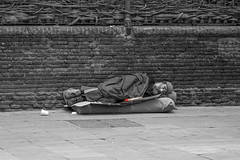 lecture (Sisqu Tena) Tags: street llibre lectura home homeless monochrom book urban blancinegre fuji xt2 barcelona old