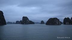 Halong Bay (Rolandito.) Tags: asia south east southeast viet nam vietnam asie sea ocean halong bay dusk mountains