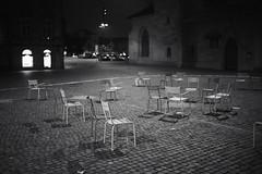 The Chairs on Tour (Toni_V) Tags: m2406392 rangefinder digitalrangefinder messsucher leica leicam mp typ240 type240 35lux 35mmf14asphfle summiluxm iso2000 stylt city night nacht zürich zurich fraumünster switzerland schweiz suisse svizzera svizra europe bw monochrome schwarzweiss blackwhite silverefexpro2 sep2 niksoftware ©toniv 2018 180114 sundaymorningphototour münsterhof