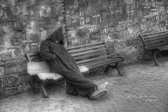 (078/18) La siesta (Pablo Arias) Tags: pabloarias photoshop photomatix capturenxd bn monocromático blancoynegro personas gente banco túnica chilaba siesta marrakech marruecos