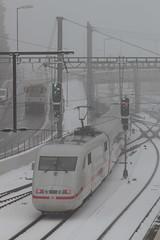 ICE Intercity Express der deutschen Bahn DB im Winter mit Schnee am Bahnhof Spiez im Berner Oberland im Kanton Bern der Schweiz (chrchr_75) Tags: christoph hurni chrchr75 chrchr chriguhurni chriguhurnibluemailch märz 2018 schweiz suisse switzerland svizzera suissa swiss schnee snow neige neve 雪 winter inverno hiver albumbahnenderschweiz albumbahnenderschweiz20180105 schweizer bahnen bahn eisenbahn train treno zug albumbahnenderschweiz20180106schweizer albumbahnhofspiez bahnhof spiez kantonbern berner oberland juna zoug trainen tog tren поезд lokomotive паровоз locomotora lok lokomotiv locomotief locomotiva locomotive railway rautatie chemin de fer ferrovia 鉄道 spoorweg железнодорожный centralstation ferroviaria albumregionthunhochformat thunhochformat hochformat kanton bern