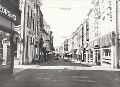 Hoogstraat gezien vanaf de Visbrug (26 augustus 1979) (Barry van Baalen) Tags: gorinchem gorcum gorkum foto photo monochrome hoogstraat 1979 shops winkels holland