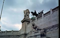 Rome, deel van het Italiaanse nationale monument, Italië 1980 (wally nelemans) Tags: rome roma italiaansnationaalmonument monumentonazionaleavittorioemanueleii italië itlia italy 1980 italia
