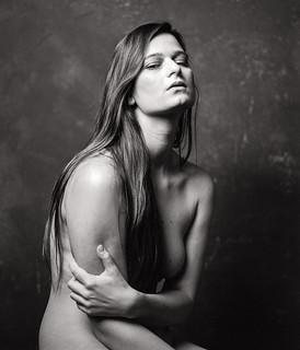 ***  un portrait émotif d'une jeune femme nue ***
