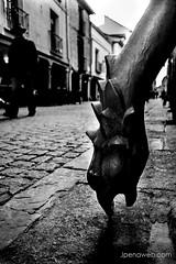 A ras de suelo (jesus pena diseño) Tags: jpena jpenaweb jesuspenadiseño bnw spain madrid alcaladehenares perspectiva blackandwhite noir street