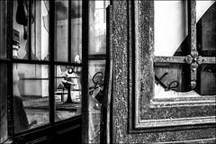 L'embrasure mystérieuse... / The mysterious opening (vedebe) Tags: noiretblanc netb nb bw monochrome portes urbex decay urbain urban rue street city ville abandonné usine usinedésaffectée