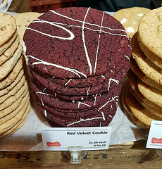 Red Velvet Cookie (Kombizz) Tags: 170107 kombizz london 2017 mobilephonetaking mobilephonecapture redvelvetcookie cookie sweet galeta deliciouscookie dessert