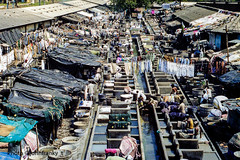 Public laundry- Mumbai-India (johnfranky_t) Tags: lavanderia mumbai india vasche johnfranky t nikon fe acqua capanni tinozze indumenti lamiere baracche public laundry shacks dressed chabolas vestidas tinas tubs baignoires baraques chozas tanques tanks réservoirs
