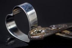 UNA STRETTA AL CUORE. (FRANCO600D) Tags: fasteners macromondays macromondaysthemefasteners tenaglia chiusura stretta heart cuore hmm canon eos600d franco600d pinza