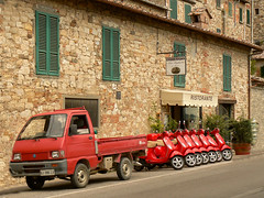 Couleurs nationales (Jolivillage) Tags: jolivillage village borgo pueblo castellinainchianti chianti toscane toscana tuscany italie italia italy europe europa véhicules scooter rouge rosso red ristorante old pittoresque picturesque geotagged