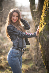 Merima (ecker) Tags: baum frau gegenlicht jeans lederjacke linz merima natur portrait porträt umgebungslicht availablelight backlight naturallight nature portraiture tree woman sony a7 zeiss batis 85mm zeissbatis1885 sonnar sonya7riii ilce7rm3 a7r alpha a7riii ƒ18 18 fotoshooting shooting austrianphotographer femalemodel beautiful beauty pretty cute model photography modelphotography batis1885
