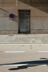Barcelona / Spain 2017 (monoauge) Tags: 2017 23mm 23mmf2 barcelona fuji fujixt2 fujifilm fujifilmxt2 running shadow still people lines architecture graphic grafisch streetshot streetphotography urban runner spain spanien espana cataluna promenade poblenou beach sign roadsign door action