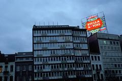 Stella A tois, Bruxelles (Joseff_K) Tags: leica leicacl diapositive ektachrome slide film inversible bruxelles immeuble building street neon advertising ad illuminatedadvertising publicitélumineuse stellaartois