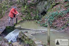 Hans Christian Boer regelt Abfluss des Mühlenbachs zum Üßbach