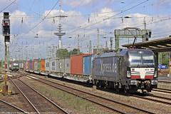 MRCE/BoxXpress 193 853 und ELL/Ecco 193 225 jeweils mit einem Containerzug am 14.07.2015 als Parallelfahrt in Bremen Hbf (Eisenbahner101) Tags: eisenbahner101 siemens vectron br193 193853 193225 ell europeanlocomotiveleasing ecco eccorail mrce mrcedispolok boxxpress boxxpressde containerzüge parallelfahrt güterzüge güterzug train freighttrain deutschland germany bremen bremenhbf
