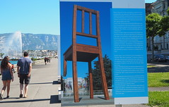 Broken Chair / Daniel Berset (tgrauros) Tags: cadira exposicionsalcarrer genève ginebra suïssa danielberset escultures esculturas sculptures handicapinternational brokenchair