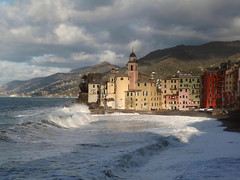 Camogli (Jolivillage) Tags: jolivillage village ville city città borgo camogli ligurie liguria italie italia italy europe europa sea mare méditerranée mediterraneo clocher lumière light luce picturesque geotagged vagues waves water acqua nuages nuvole clouds campanile