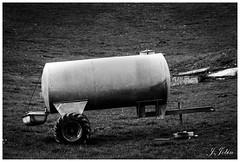Citerne (Justine JOBIN) Tags: citerne campo campagne gris noir blanc monochrome roue bac remorque lait vache pré champ nature paysan photo macro sigma canon dimanche vacances weekend eau herbe vert tarn 81 campaign