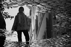 Puddle reality (ramosblancor) Tags: humanos humans retrato portrait chica girl mujer woman arte art calle street charco puddle empedrado cobbled efecto effect delrevés upsidedown ciudades cities trastevere roma rome italia italy blancoynegro blackandwhite bw reflejo reflection